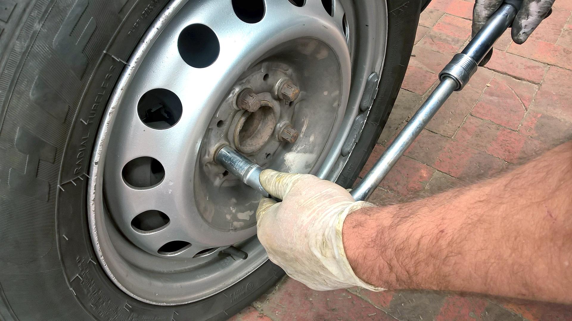 Reifenmontage und Reifenwuchtgerät